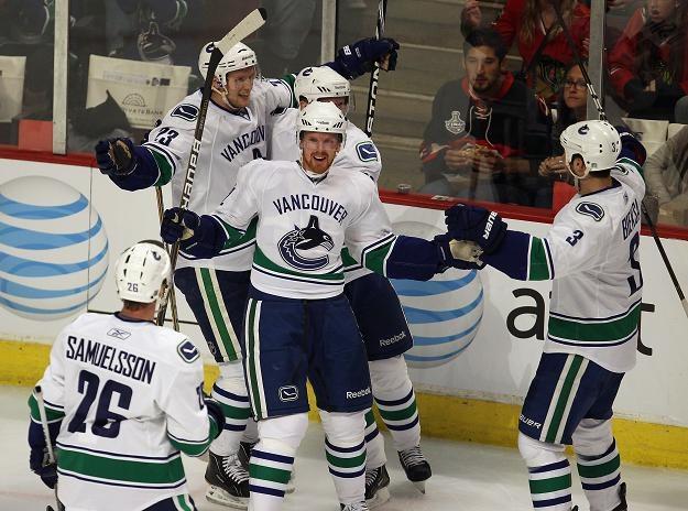 Hokeiści Vancouver Canucks są bliscy awansu do 2. rundy play-off. /AFP