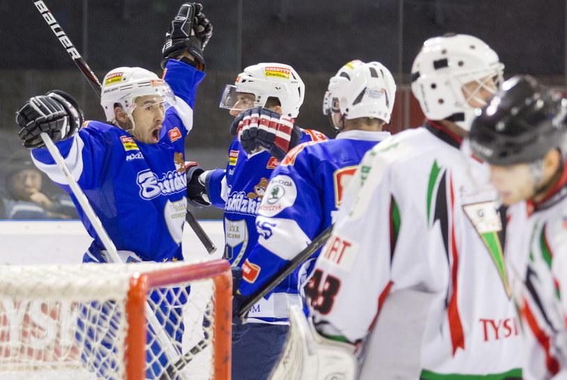 Hokeista Aksam Unia Oświęcim Ladislav Gabris (L) cieszy się z gola podczas meczu z GKS-em Tychy /Andrzej Grygiel /PAP