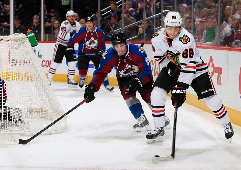 Hokeista Chicago Blackhawks Patrick Kane (z krążkiem) i Matt Duchene z Colorado Avalanche /AFP