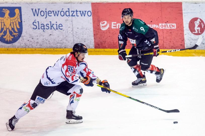 Hokeista drużyny Energa Toruń Lauri Huhdanpaa (z lewej) i Christian Mroczkowski z zespołu GKS-u Tychy /Tytus Żmijewski /PAP