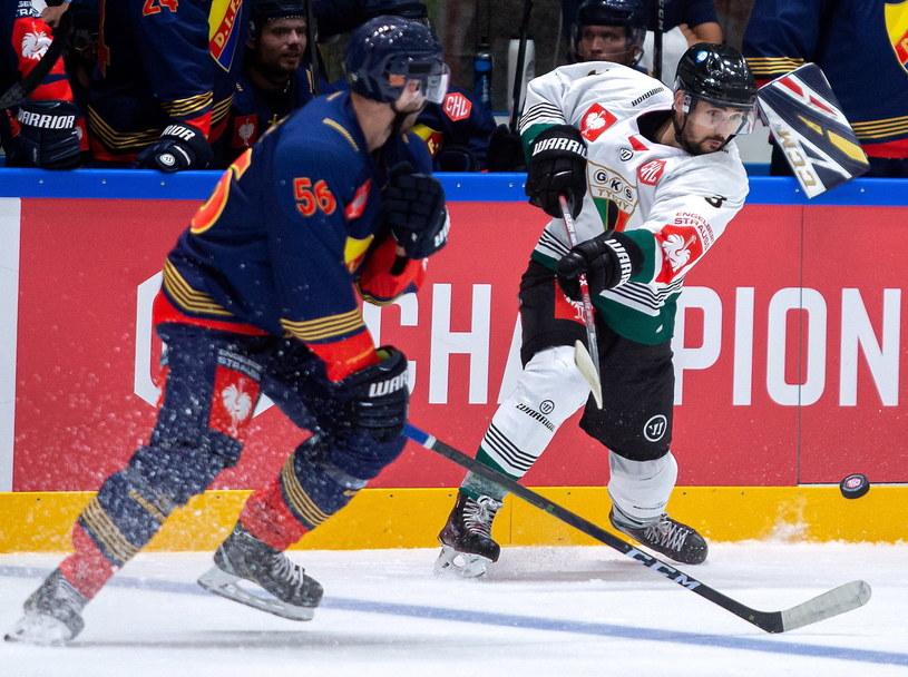 Hokeista GKS Tychy Alex Szczechura (P) i Rob Norell (L) z Djurgaerden Sztokholm / Andrzej Grygiel    /PAP
