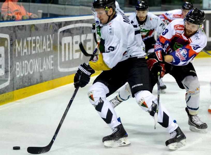 Hokeista GKS Tychy Andrij Michnow (L) i Marcin Wiśniewski (P) z Energą Toruń / Andrzej Grygiel /PAP