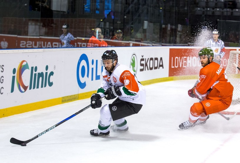 Hokeista GKS Tychy Gleb Klimenko (L) i Matthew Mackenzie (P) z HC Bolzano /Hanna Bardo /PAP
