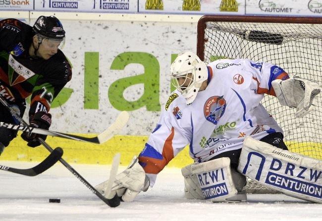 Hokeista GKS Tychy Josef Vitek (L) w ataku na bramkę Bryana Pittona (P) z Ciarko PBS Bank Sanok /Darek Delmanowicz /PAP