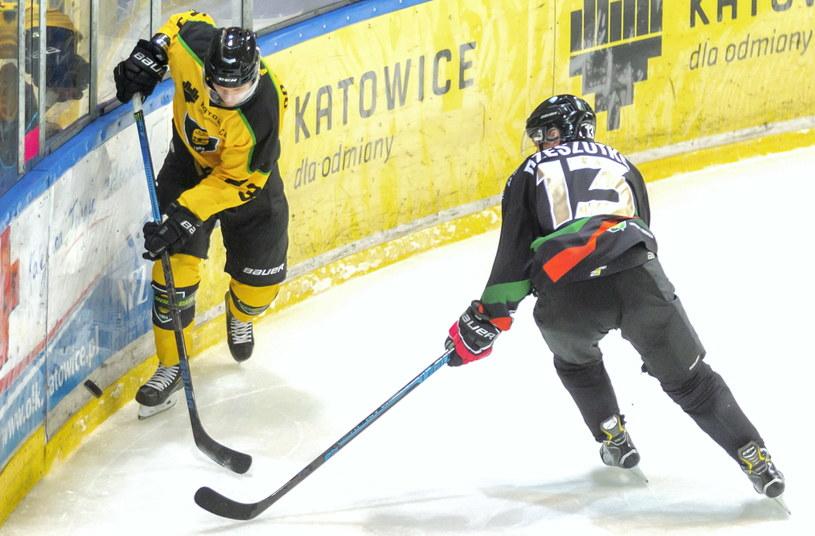 Hokeista GKS-u Katowice Tuukka Rajamaki (z lewej) i Jarosław Rzeszutko z GKS-u Tychy /Andrzej  Grygiel /PAP