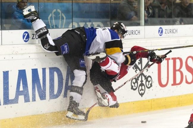 Hokeista Lugano Julian Walker (z lewej) w starciu z Kanadyjczykiem Marc-Andre Bergeronem /PAP/EPA