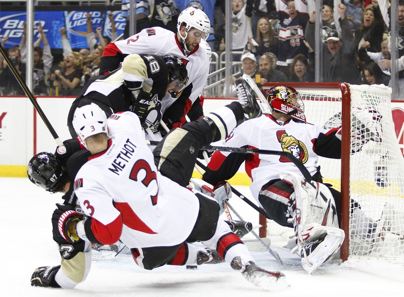 Hokeista Pittsburgh Penguins James Neal szturmuje bramkę Ottawa Senators /AFP