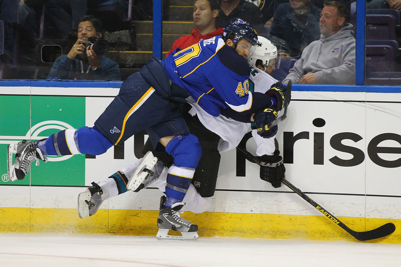 Hokeista San Jose Sharks Dan Boyle faulowany przez Maxim Lapierre'a /AFP