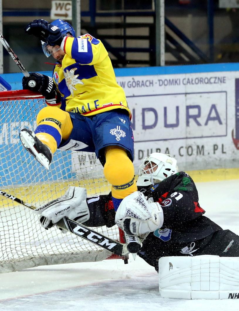 Hokeista TatrySki Podhala Nowy Targ Jarosław Różański (L) i bramkarz John Murray (P) z GKS Tychy /Grzegorz Momot /PAP