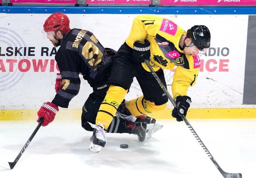 Hokeista Tauronu KH GKS Katowice Jesse Rohtla (P) i Mateusz Rompkowski (L) z Comarch Cracovii / Andrzej Grygiel /PAP