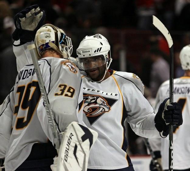 Hokeista Toronto - Joel Ward (z prawej) odbiera gratulacje po strzeleniu zwycięskiego gola. /AFP
