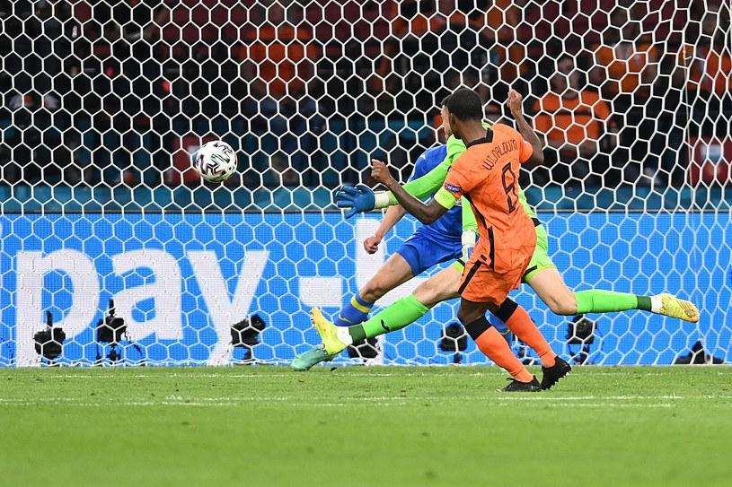 Holandia - Ukraina na Euro 2020. Georginio Wijnaldum strzela gola na 1-0 /JOHN THYS / POOL / AFP /AFP