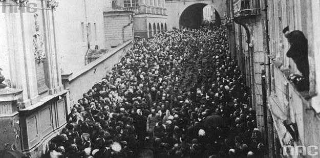 Hołd Naczelnika Państwa Józefa Piłsudskiego w Ostrej Bramie po wyzwoleniu Wilna /Z archiwum Narodowego Archiwum Cyfrowego