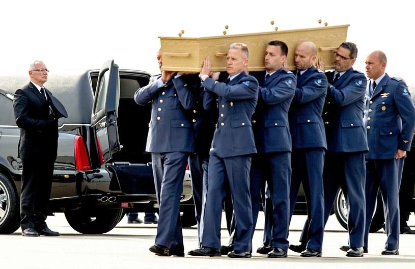 Holenderscy wojskowi niosą trumnę ze szczątkami /PAP/EPA