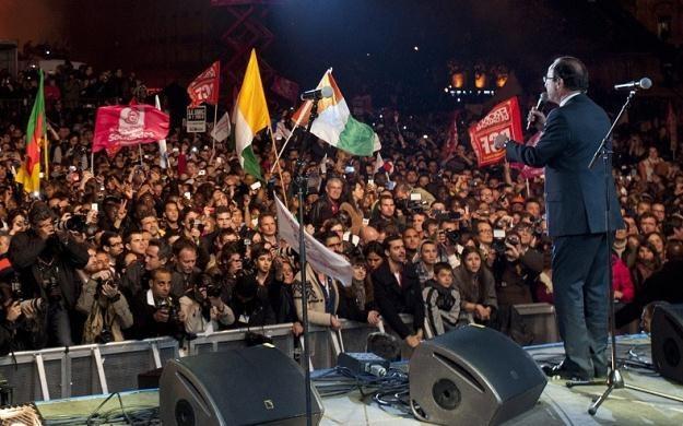 Hollande przemawia do tłumów na placu Bastylii /PAP/EPA