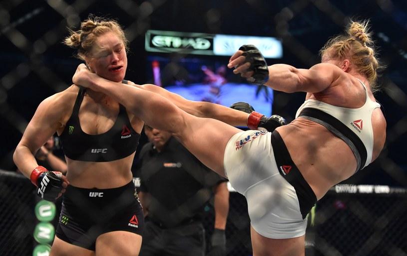 Holly Holm (z prawej) atakuje Rondę Rousey /AFP