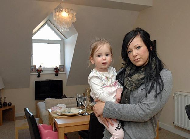 Holly Taylor z córeczką Willow w ich nawiedzonym domu /MWMedia