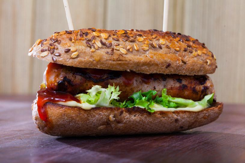 Hot dog z białą kiełbasą może być intersującą opcją śniadaniową /123RF/PICSEL