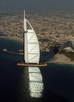 Hotel Burj Al Arab w Dubaju /arch. AFP