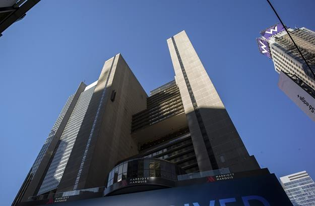 Hotel Marriott Marquis w Nowym Jorku. Z prawej hotel W należący do sieci Starwood. /EPA