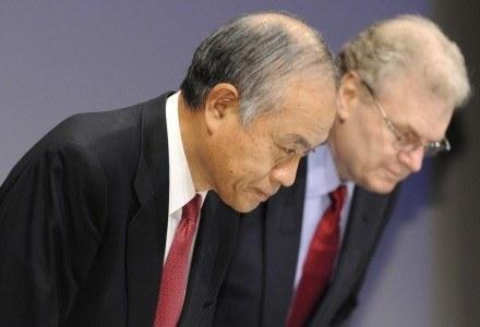 Howard Stringer (z prawej) i Ryoji Chubachi rozpoczynają konferencję prasową pokłonem /AFP