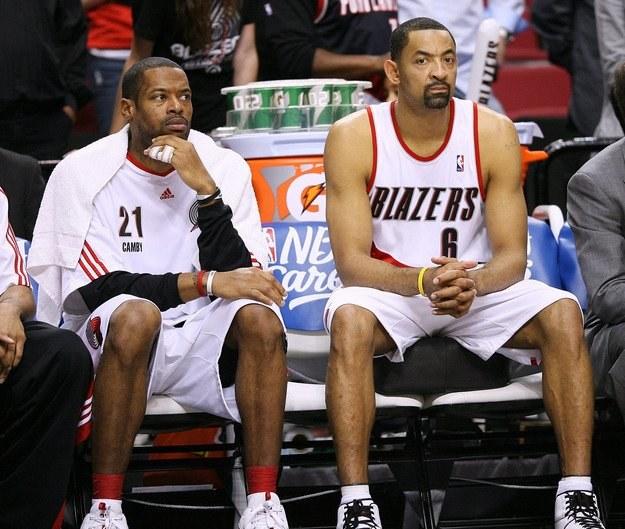 Howard (z prawej) ostatni sezon spędził w Portland /AFP