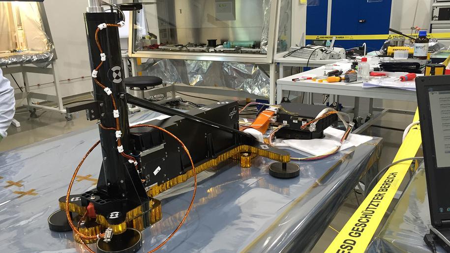 HP3 w trakcie składania w laboratorium  German Aerospace Center (DLR) /NASA/JPL-Caltech/DLR /Materiały prasowe