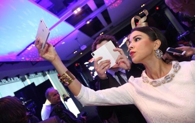 Huawei Ascend P7 - polska premiera i zaproszeni goście (Macademian Girl), którzy robią sobie groufie  (zdjęcie grupowe w trybie panoramicznym) /materiały prasowe