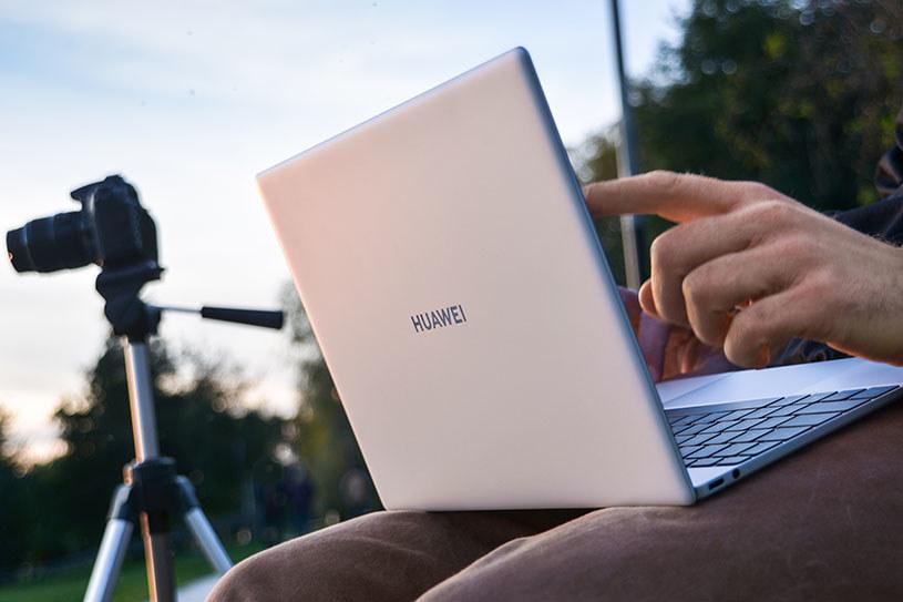 Huawei Matebook X znakomicie sprawdza się nawet podczas pracy w plenerze /INTERIA.PL