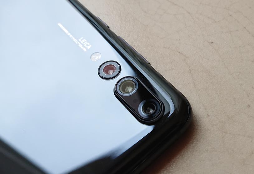 Huawei P20 Pro - pierwszy smartfon na rynku z trzema aparatami. Aparat składa się z obiektywu RGB 40 Mpx, obiektywu monochromatycznego 20 Mpx oraz obiektywu 8 Mpx z teleobiektywem. W sumie 68 Mpx! /INTERIA.PL