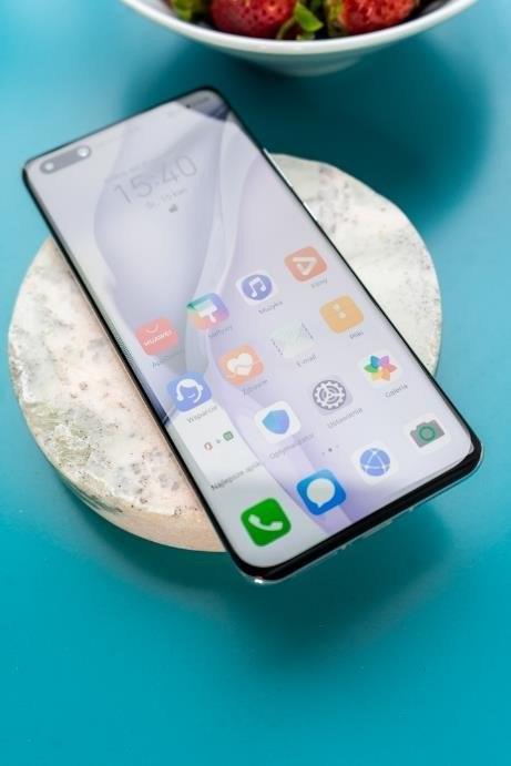 """Huawei P40 Pro został wyposażony w """"wodospadowy"""" ekran o rozdzielczości 2640x1200 pikseli /INTERIA.PL"""