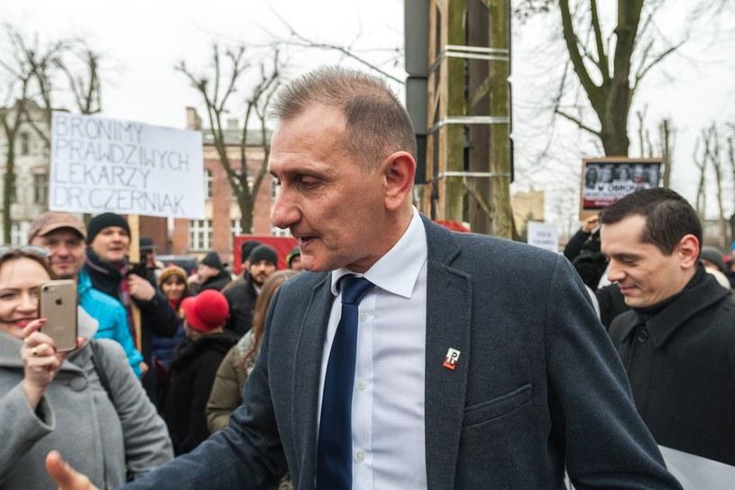 Hubert Czerniak jest lekarzem z aktywnym prawem wykonywania zawodu i gorącym przeciwnikiem szczepień /Marcin Jurkiewicz /East News