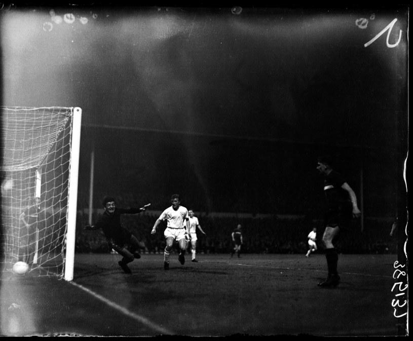 Hubert Kostka w meczu z Tottenhamem, kiedy Górnik debiutował w europejskich pucharach w 1961 roku. Jeszcze bez rękawic /Getty Images