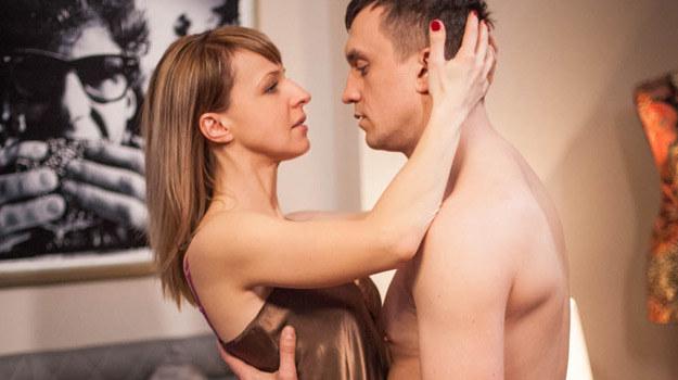 Hubert (Michał Czarnecki) w objęciach byłej żony Sandry (Monika Dryl) /materiały prasowe