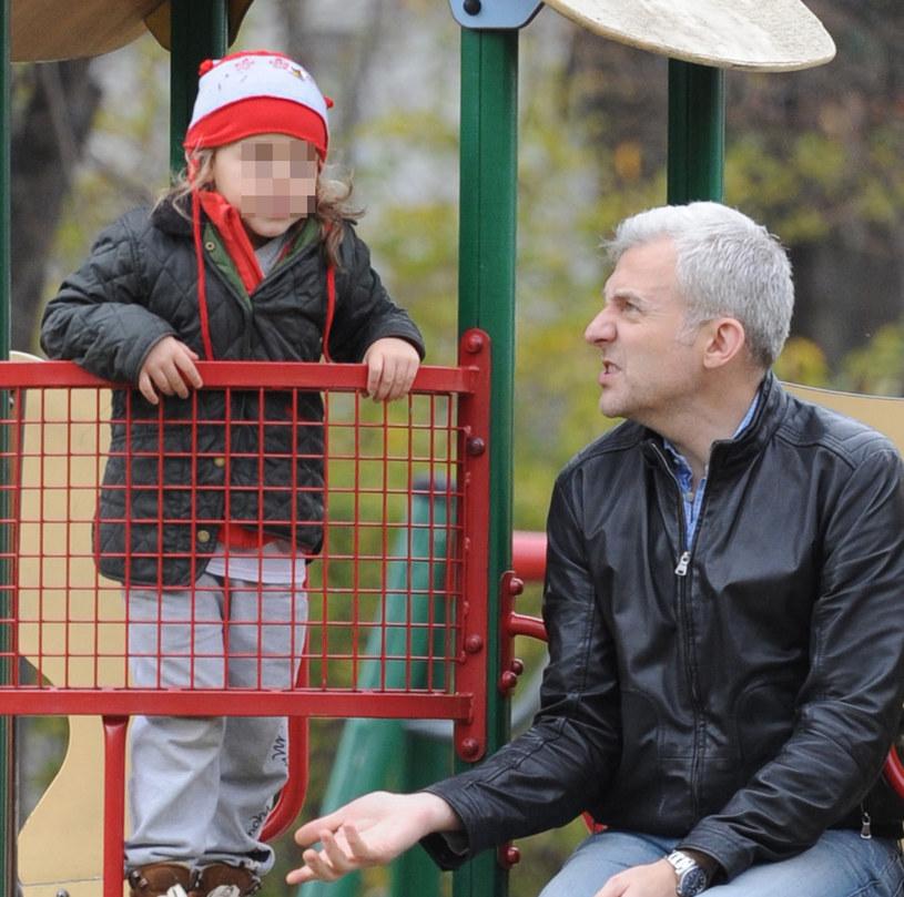 Hubert Urbański z córką na placu zabaw /Foto IP