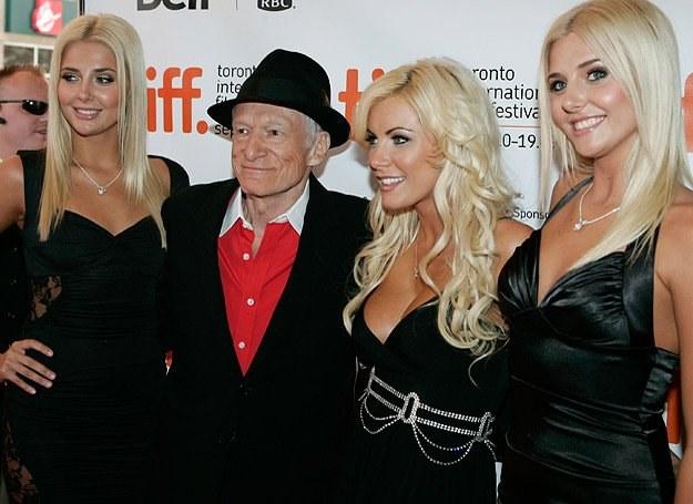 "Hugh ""Hef"" Hefner w towarzystwie (od lewej): Kristiny Shannon, Crystal Harris i Karissy Shannon /Getty Images/Flash Press Media"