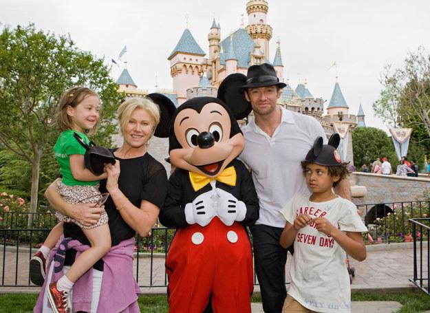 Hugh rekompensuje długą rozłakę żonie i dzieciom /Getty Images
