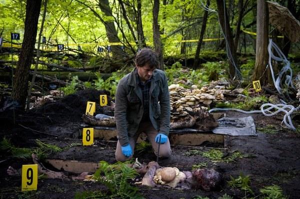 Hugh szybko przyzwyczaił się do okropnie wyglądającej scenografii i charakteryzacji. Opowiada o nich przerażonym znajomym. /NBC /materiały prasowe