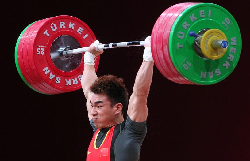 Hui Liao z Chin podczsas ustanawiania nowego rekordu świata w podrzucie i dwuboju w rywalizacji mężczyzn w kat. 69 kg podczas mistrzostw świata w podnoszeniu ciężarów we Wrocławiu /Radek Pietruszka /PAP