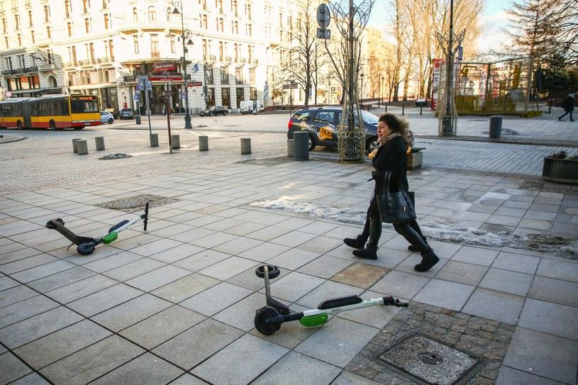 Hulajnogi porzucone na chodnikach /Beata Zawrzel /Reporter