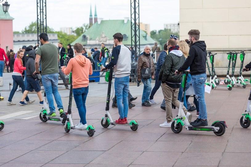 Hulajnogi stały się w ostatnim czasie bardzo popularnym środkiem przemieszczania się po miastach /ARKADIUSZ ZIOLEK /East News