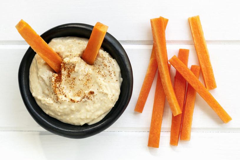Hummus jest bardzo sycącą pastą /123RF/PICSEL
