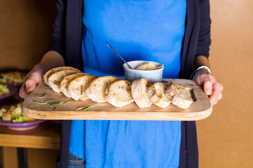 Hummus jest nieocenionym dodatkiem do chleba, ale z powodzeniem możemy wykorzystać go do przygotowania wegańskich burgerów czy tortilli /123RF/PICSEL