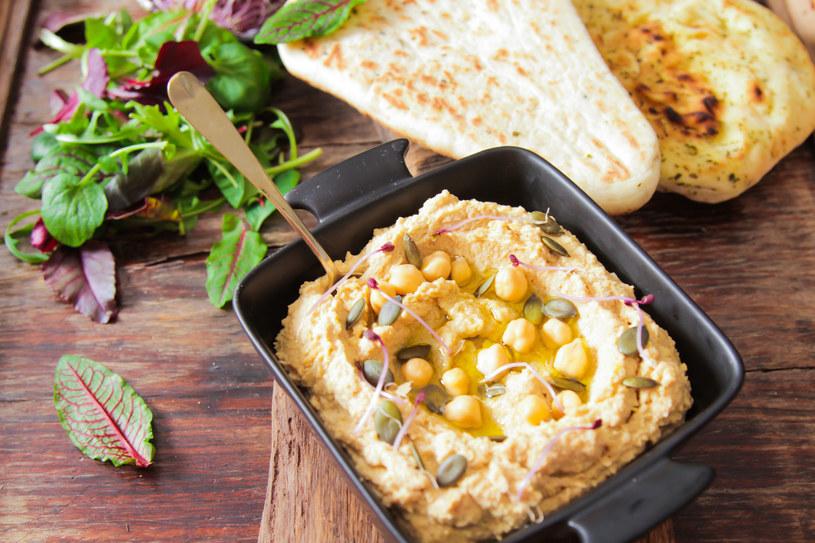 Hummus możesz podawać z nasionami dyni, lub groszkiem ptysiowym. /123RF/PICSEL