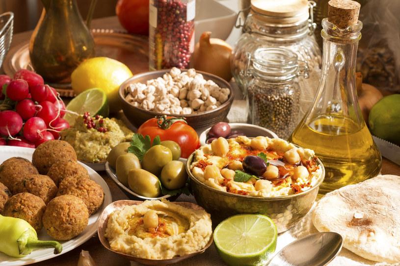 Hummus to uniwersalny dodatek do wielu szybkich, wyjątkowych przekąsek /123RF/PICSEL