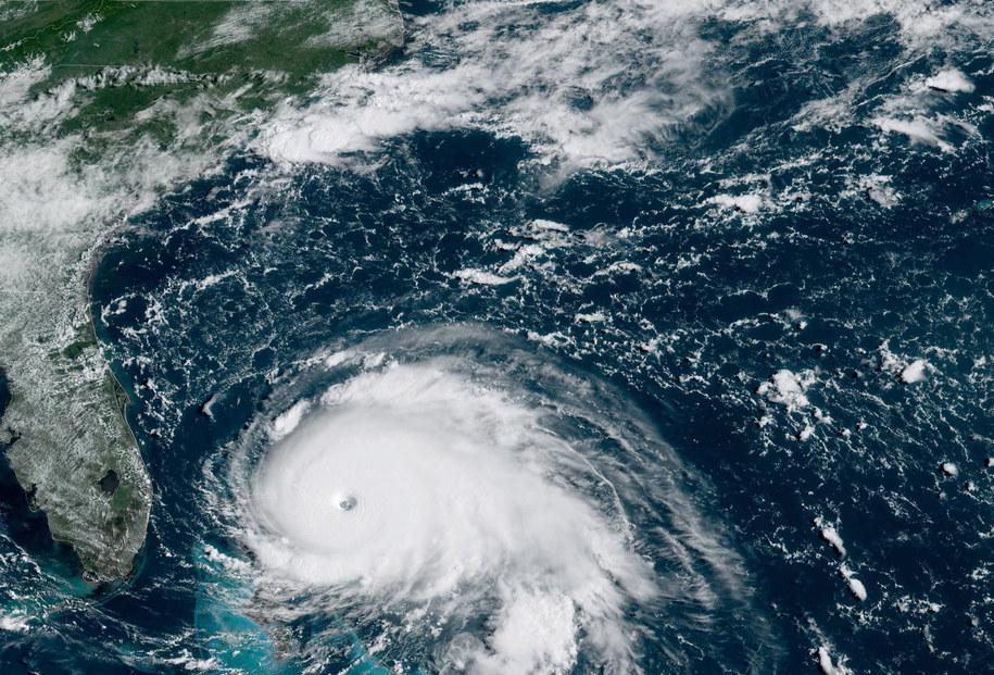 Huragan Dorian dotarł w niedzielę do Bahamów. Wiatr o sile 295 km/h uderzył w niewielką wyspę Elbow Cay /NOAA/NESDIS/STAR GOES HANDOUT /PAP/EPA