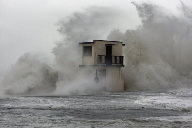 Huraganowe wiatry we Francji /AFP