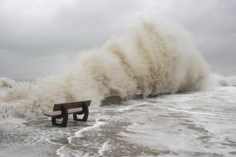 Huraganowy wiatr znowu wyrządza poważne szkody /AFP