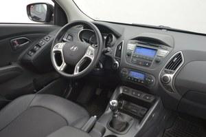 Hyundai ix35 2.0 CRDi 4WD Style: futurystyczny design kokpitu nie utrudnia obsługi. Dostępne jest też brązowo-beżowe wnętrze. /Motor