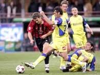 ... i akcja Andrija Szewczenki w meczu AC Milan - Chievo (1:0) /AFP
